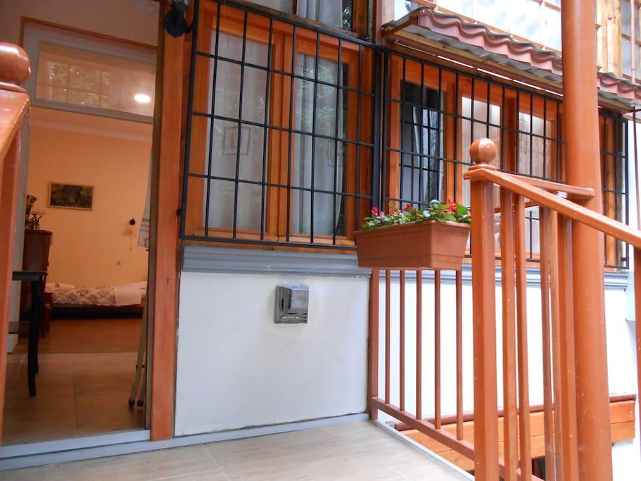 балкон и вход