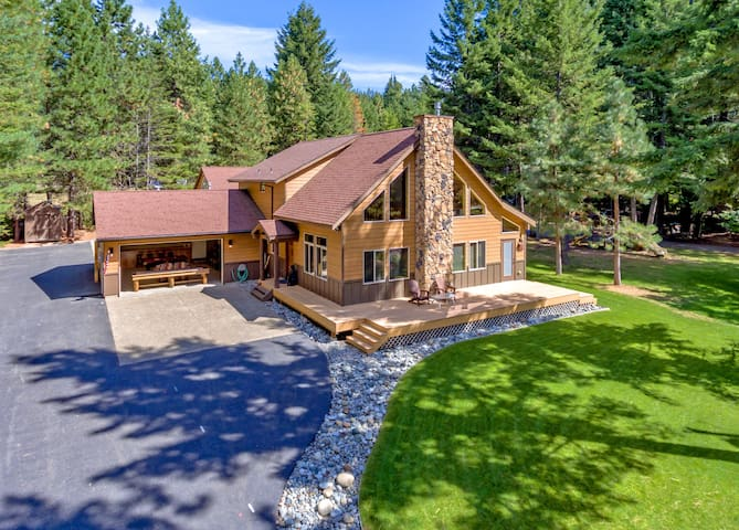 Hecka Necki Hideaway-Impressive 5BR Custom Chalet! 5 Kings! Great Value w/ Game Room & Hot Tub