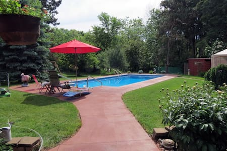 Private beautiful backyard pool & gazebo - New Richmond - House