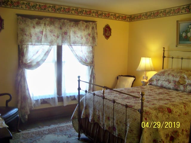 Historic Victorian Home, Full bed, Yellow Rose