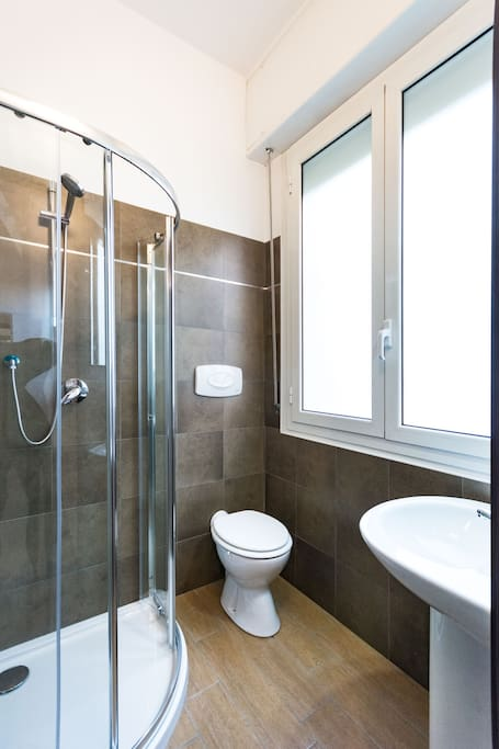 Shower with toilet/ Doccia con WC