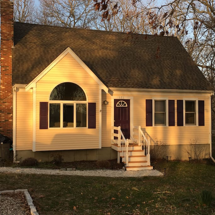 Large Group Friendly Cape Cod Cottage On The Pond