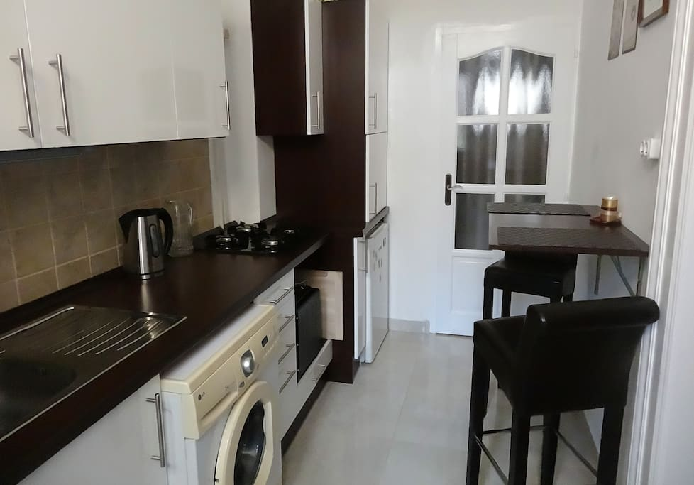 Kitchen fully equipped: fridge, washing-machine, kettle, cooking-plates, microwave, tableware
