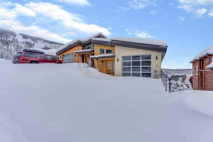 Schweitzer ski in/out condo w/ hot tub