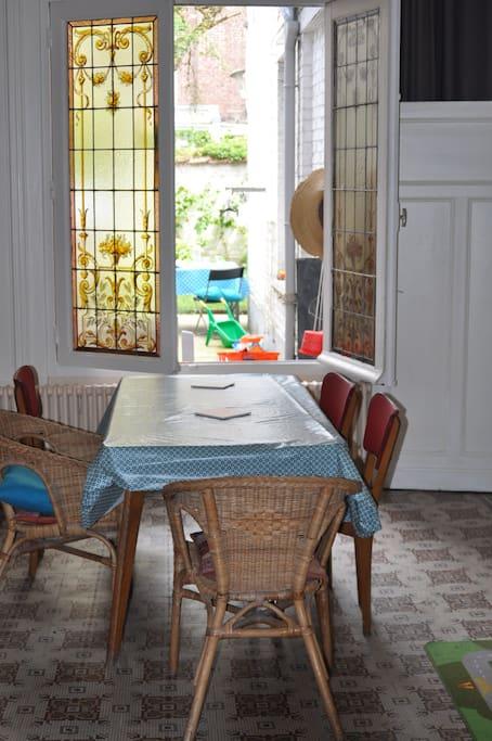la salle à manger avec vue sur le jardin