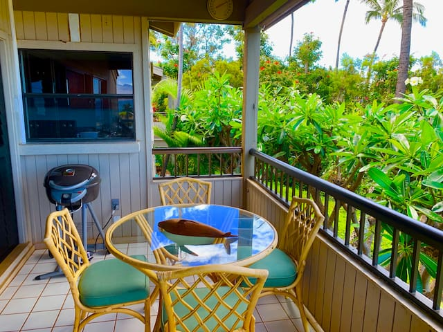 Lanai outdoor barbecue and dining, with spatular views of the ocean.
