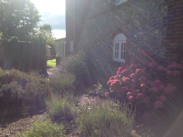 Double country cottage Gatwick/London nearby