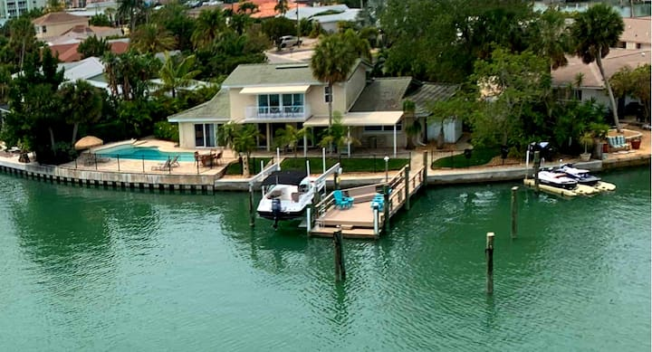Luxurious house directly on the water