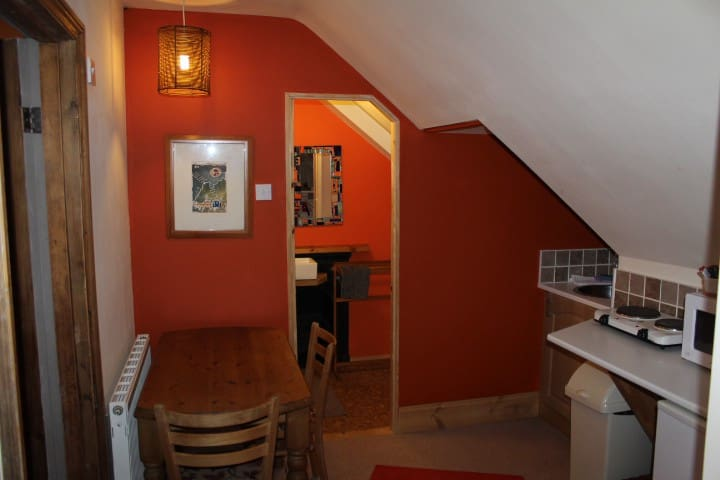 Dartmoor + Cycle Route 27 - cosy top floor flat - Okehampton