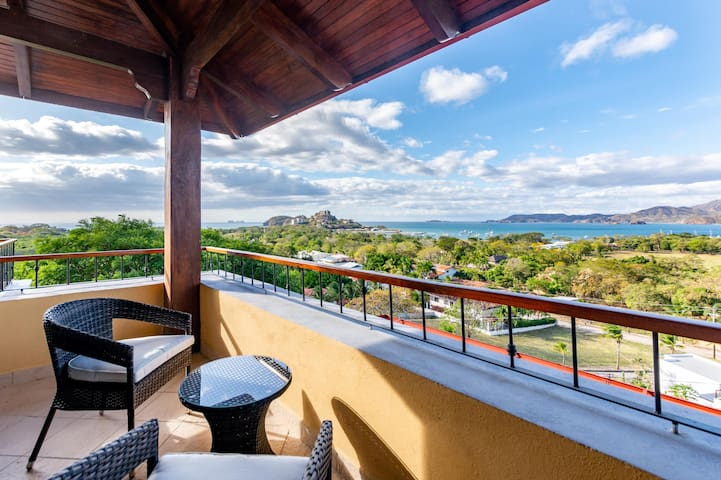 Modern - immaculate unit in Flamingo with spectacular ocean views