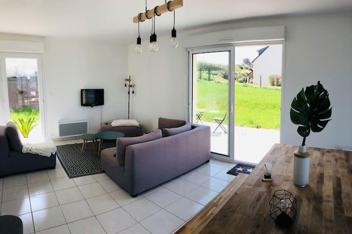 Maison vue sur mer avec jardin