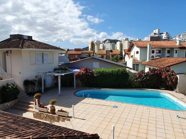 Guesthouse com piscina prox a ufsc e udesc