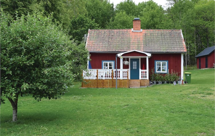 Holiday cottage with 2 bedrooms on 55m² in Tjällmo