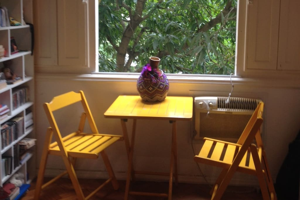 Mesinha de café da manhã/almoço com vista para a rua - com sorte, tucanos aparecem nas árvores :)
