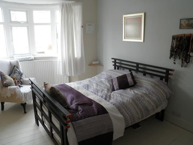 Bedroom, own Lounge & bathroom in lovely bungalow. - Tynemouth