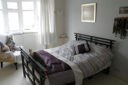 Bedroom, own Lounge & bathroom in lovely bungalow. - Tynemouth - 小平房