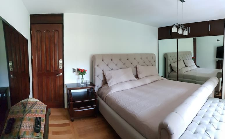 Luxury room+jacuzzi in Villa in secure area