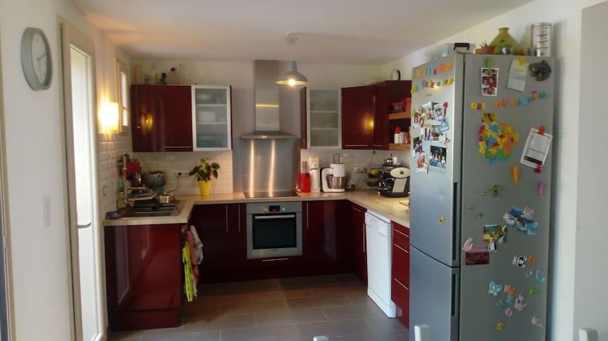 Cuisine équipée, lave-vaisselle, plaque induction, micro-ondes, etc.