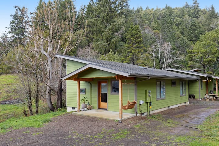 Newly built colorful creekside home, small dogs OK - 1 mile to ocean!
