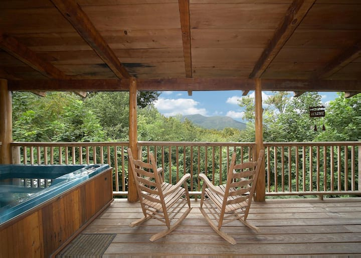 Pet-friendly cabin, 2 miles from parkway with hot tub and lovely views