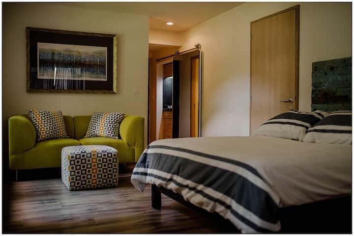 *Moderna habitación con piscina cerca del centro*
