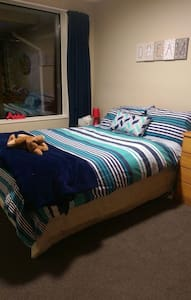 Sunny double room in 2 bedroom townhouse - Christchurch