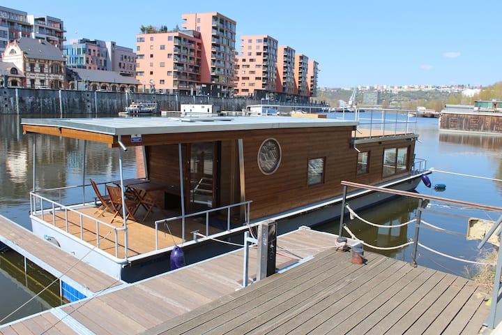 Houseboat Bonanza in Prague - Bed & Cruise