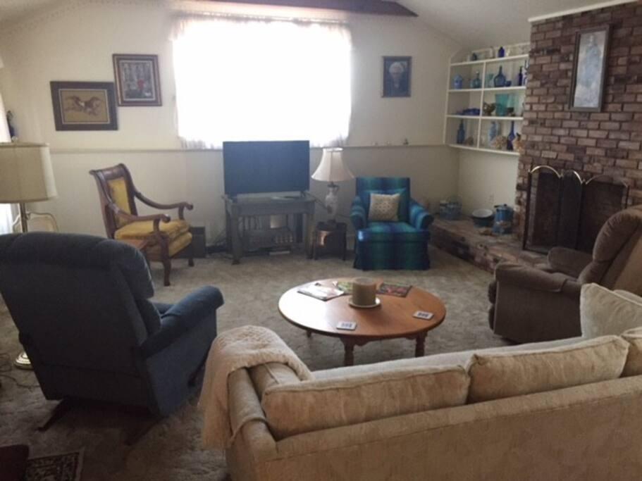 Living Room w TV