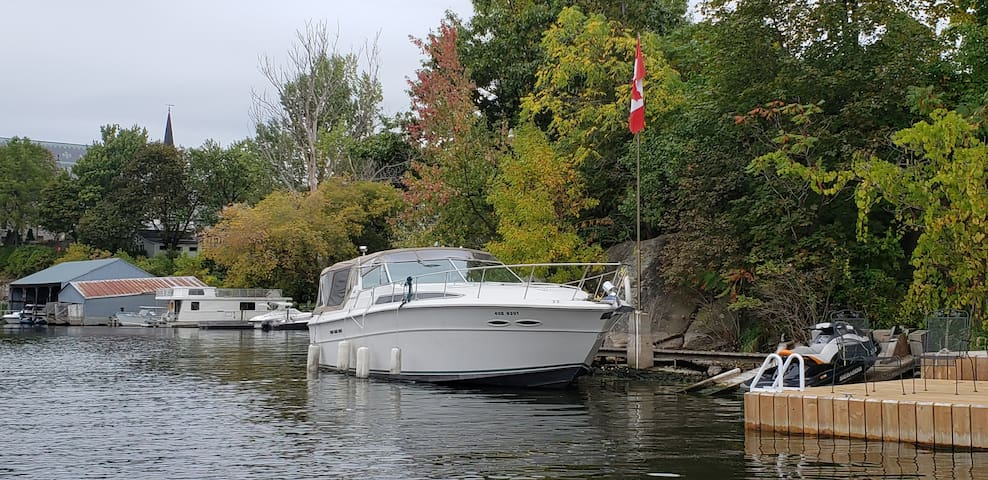 """""""Stone's Throw """" 40 ft cruiser in the 1000 Islands"""