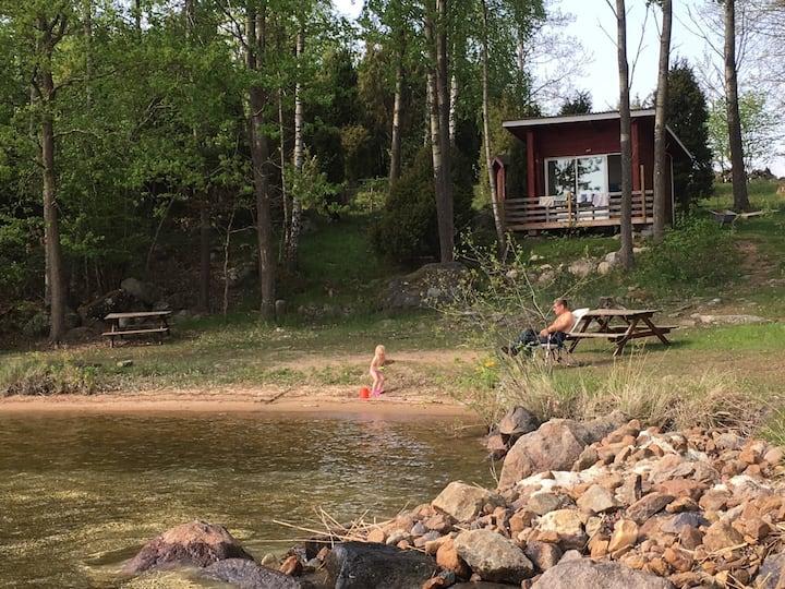 Enkel stuga med sjönära läge