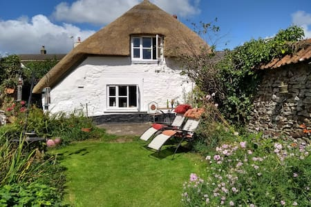 Cosy thatched cottage with large secluded garden