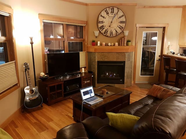 Cozy Mountain Getaway in Downtown Canmore
