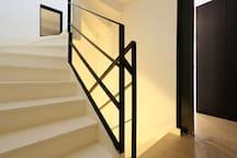 La pièce à vivre se trouve à l'étage, au dessus de la chambre et la salle de bain