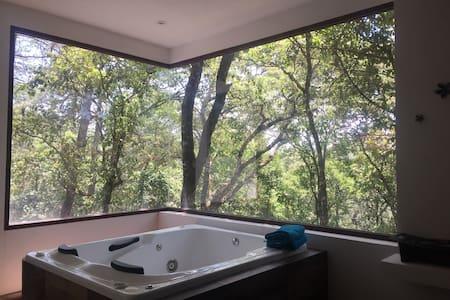 Preciosa casa de campo dentro del bosque