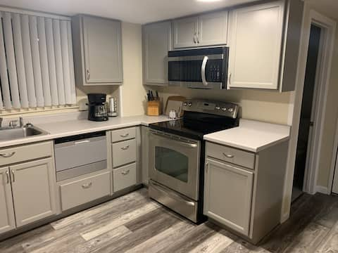 Modern Studio Apt ~ Close to hwy, hiking, shopping