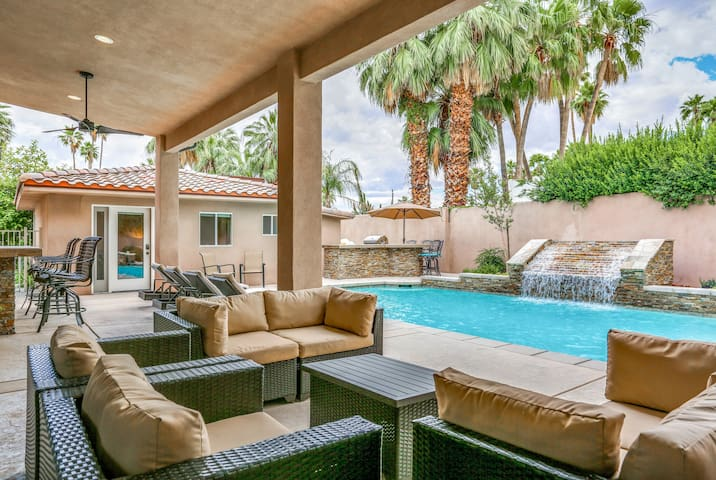 5BR/5BA w/ Pool & Hot Tub - 1 Block to Downtown Palm Springs