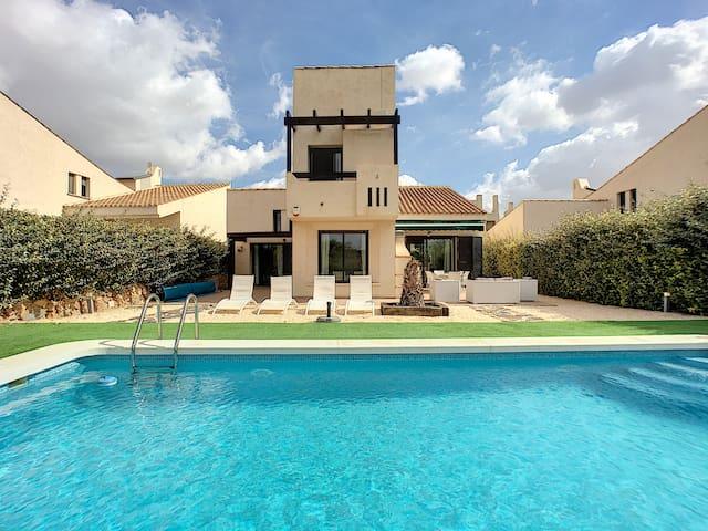 Villa com piscina privada, wi-fi, jardim