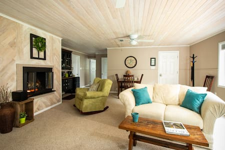 Sunnyslope Retreat - Private Entry, Fireplace & AC