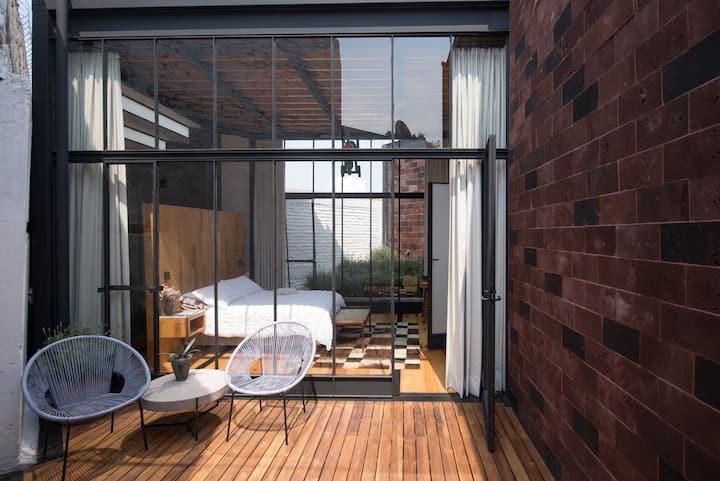 Habitación luminosa,  con baño y terraza privada.