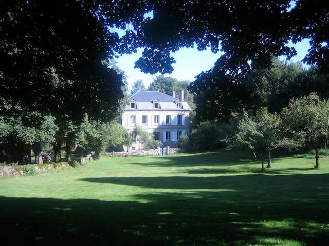 Domaine de Chamboux 2 Gîtes de 4 p - Peyrelevade - Huis