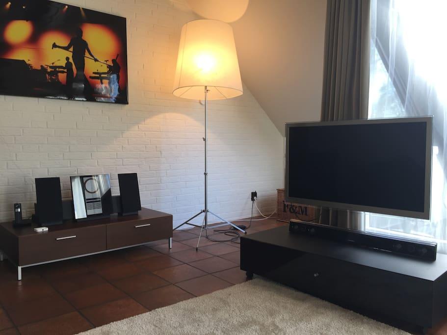 TV und Musikanlage im Wohnzimmer