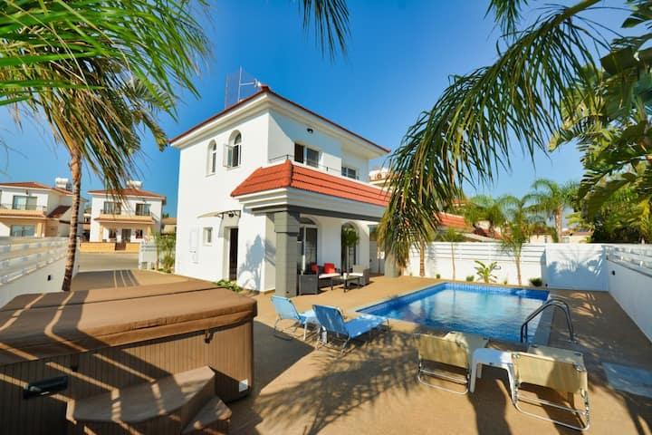 Villa Maya,Lovely 2BDR Villa,with Pool and Hot Tub