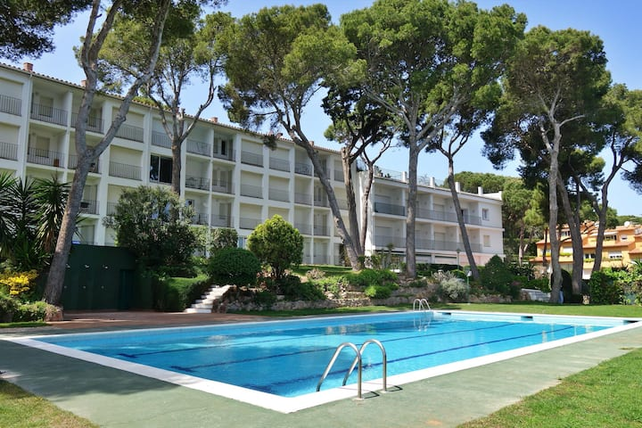Apartment with communal pool, at  250 m from the beach of Port Pelegri in Calella de Palafrugell