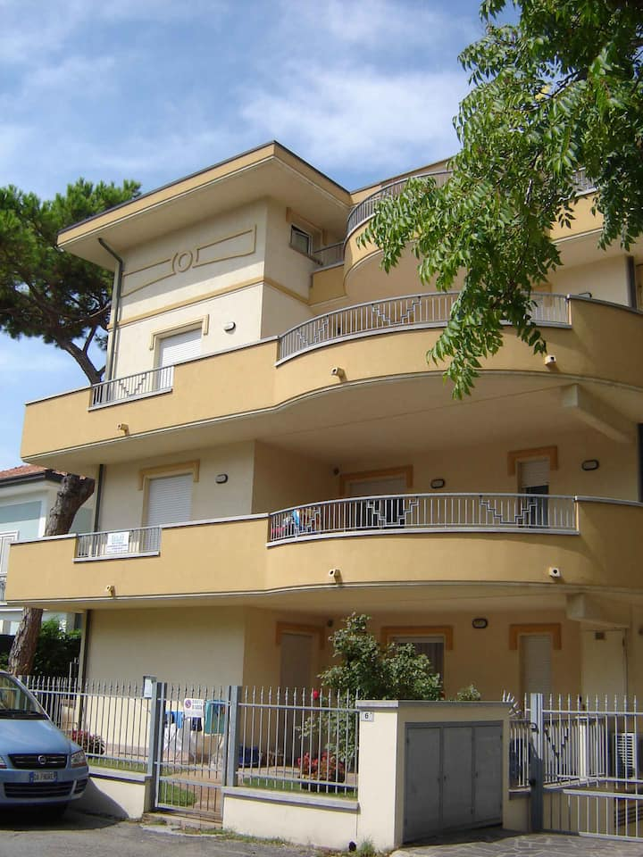 Apt for 4+1 persons with a/c in Riccione R21530