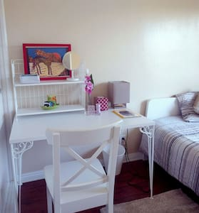 * Private room minute to Disneyland * PET SITTING - House