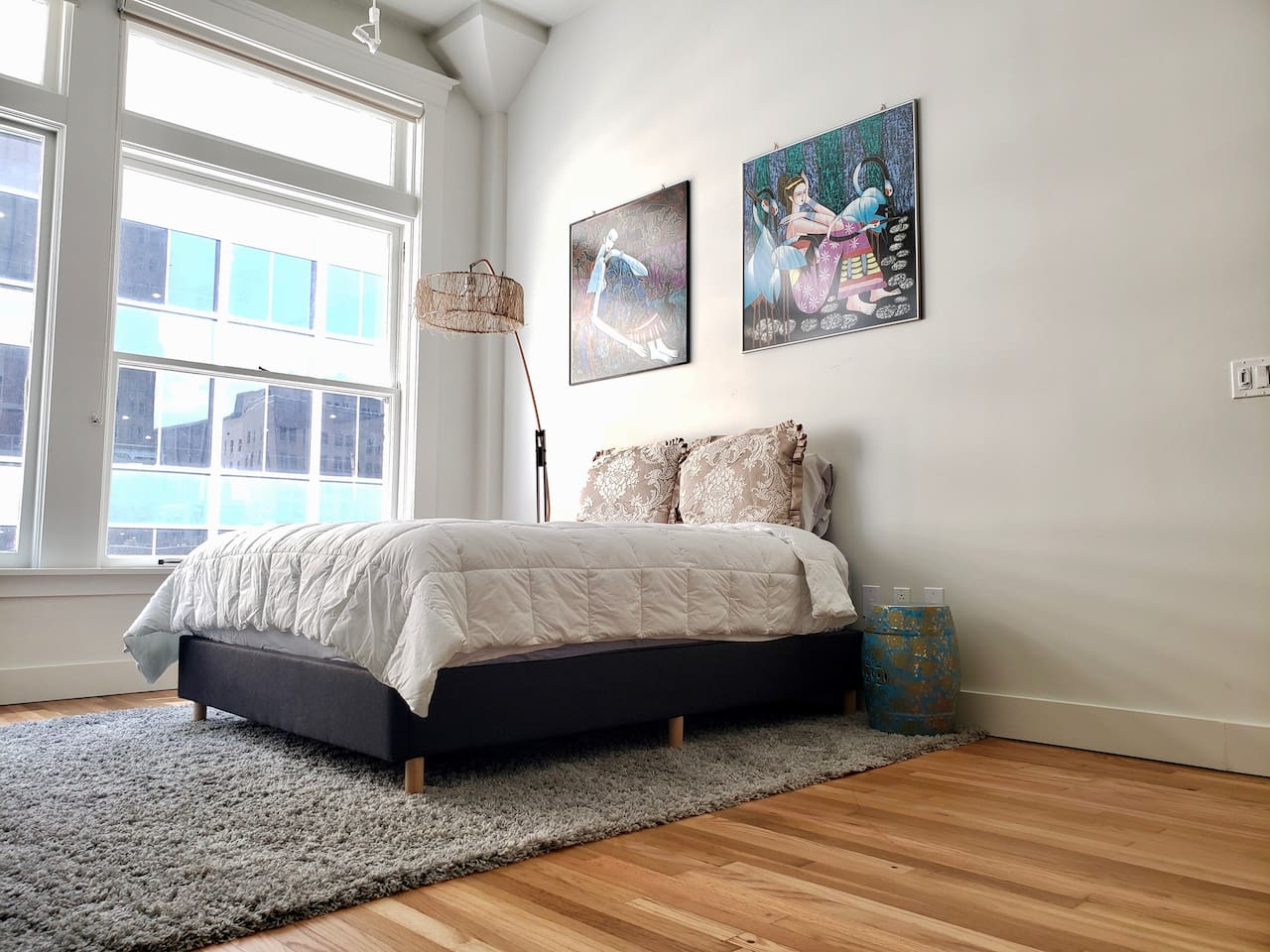 Queen  bed with a thick, spa-grade beauty mattress.  Brand new comforter, sheets, and pillows.  Wake up to the atmosphere of true Dallas Downtown.
