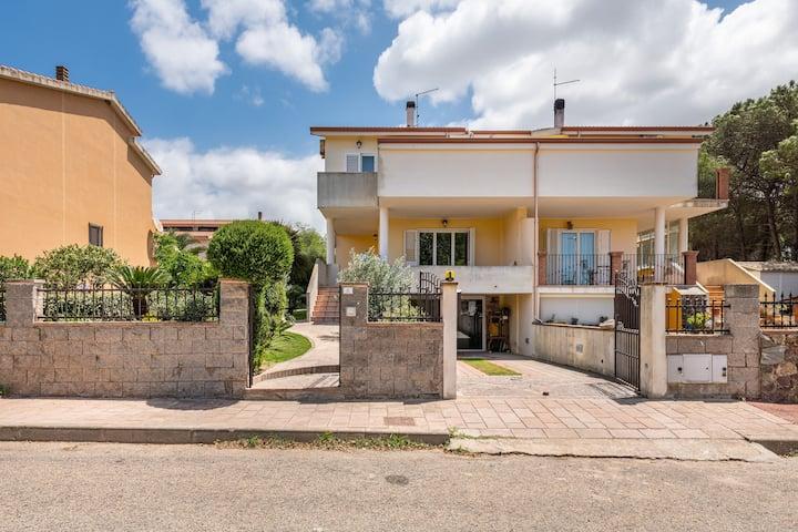 Charmante Ferienwohnung Antana mit privater Terrasse, WLAN und Klimaanlage; Parkplätze vorhanden