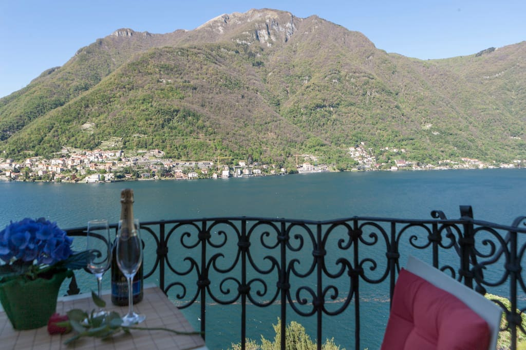 Balconcino in camera con vista lago/Little balcony in the bedroom with breathtaking view!