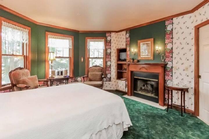 The Mendelson Resort Room - Yelton Manor Bed & Breakfast