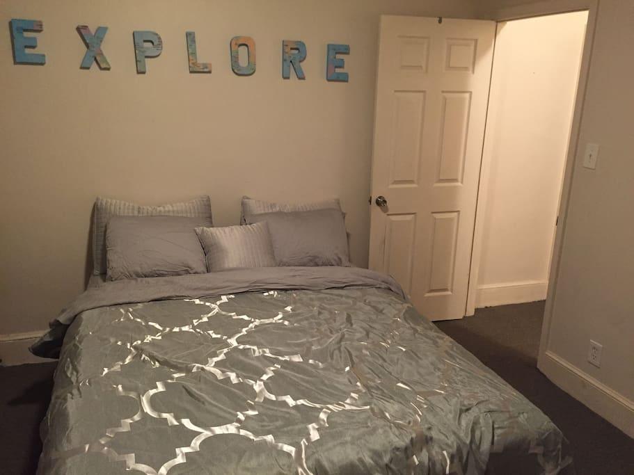Queen bed...explore Philadelphia!